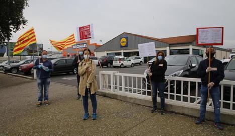 Protesta de CCOO a les portes d'un establiment de Lleida.