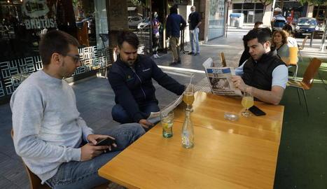 Llegir la premsa en bars i terrasses és una tradició arrelada que s'intentarà fomentar.