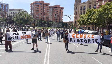 Els manifestants han tallat el trànsit a l'avinguda Balmes, a l'altura de la plaça Cervantes.