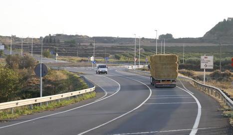 Rotonda a la C-12, a la intersecció d'accés a Alfés.