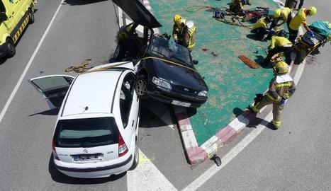 Vista dels dos vehicles que van patir ahir una col·lisió frontal a la carretera C-451 a Olius.