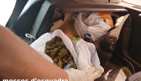 Agents van trobar la droga al maleter durant un control.