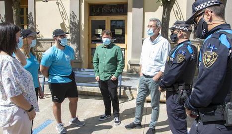 Els agents cívics (samarreta blava) i el mediador sanitari amb els vigilants municipals i l'alcalde.