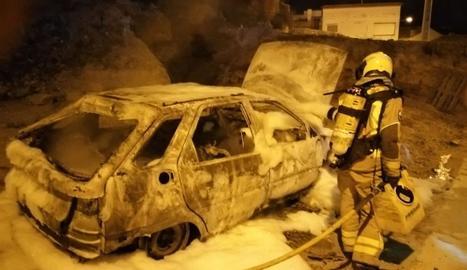 Un bomber sufocant ahir l'incendi a Almenar.