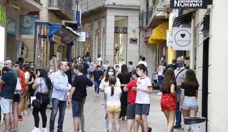 Imatge d'alguns dels lleidatans que van omplir ahir l'Eix Comercial.