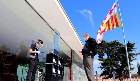 Un dels visitants que van accedir dissabte al Pavelló Mies van der Rohe de Barcelona.