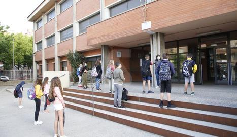 L'entrada d'alguns alumnes aquest dilluns a l'escola Frederic Godàs de Lleida.
