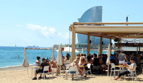 Un xiringuito de la platja de la Barceloneta, atracció ahir en una jornada marcada pel sol.