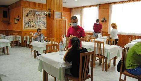 L'interior del restaurant El Gat de Tàrrega, ahir al matí amb diversos clients.