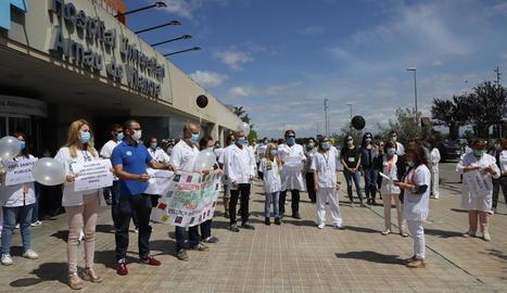 Moment de la concentració dels empleats de l'Arnau davant la porta principal, on tenen previst manifestar-se cada dimecres.