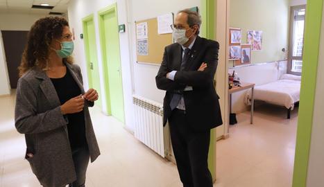 El president del Govern, Quim Torra, visitant la Llar Pere Barnés de la Fundació Arrels aquest dimecres.