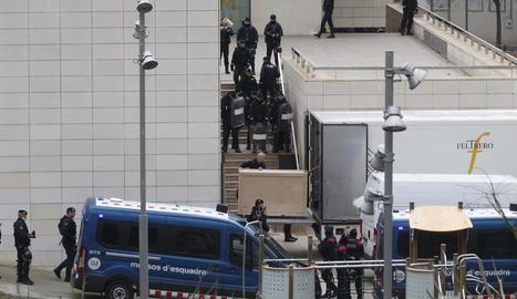 Catorze hores d''espoli' - El cessament fulminant del Govern després de la celebració del referèndum l'octubre del 2017 amb l'aplicació de l'article 155 va possibilitar l'entrada de la Guàrdia Civil al Museu de Lleida per emporta ...