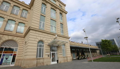 Imatge de l'exterior de l'hotel Rambla, a l'estació de trens.