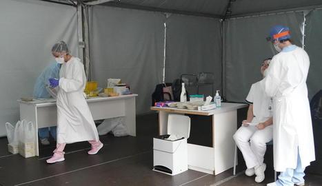 Personal sanitari realitza tests a l'hospital de Basurtu.