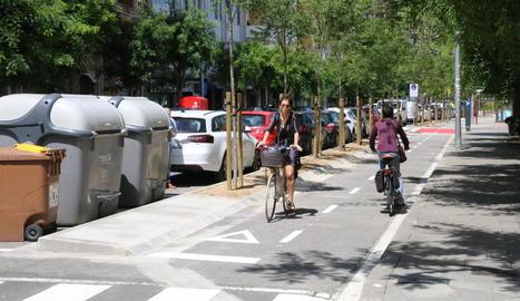 Nou carril bici a Fleming - Les obres del nou carril bici a l'avinguda Doctor Fleming, entre Ronda i Magí Morera, ja estan finalitzades. Així, les bicis poden circular en el costat que dóna al mercat municipal i una mitjana amb arbres separa e ...