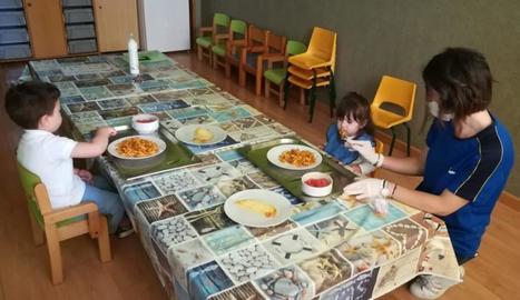 Dos dels nens que utilitzen el servei de menjador a la Seu.