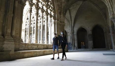 Alguns primers visitants ahir al claustre de la Seu Vella de Lleida, després de tres mesos de tancament.
