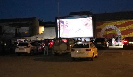 Ple de vehicles ahir a la nit en l'estrena de l'autocine de Bellcaire d'Urgell amb la pel·lícula 'Campeones'.