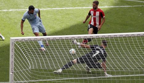 Diego Costa remata davant del porter de l'Athletic Unai Simón per marcar el gol de l'empat a un.
