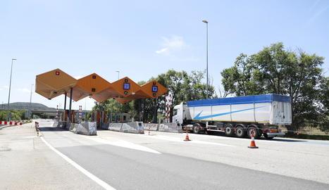 Un camió passava ahir pel peatge de l'autopista AP-2 a les Borges Blanques.