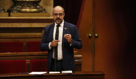 El conseller d'Interior, Miquel Buch, durant la intervenció ahir al Parlament.