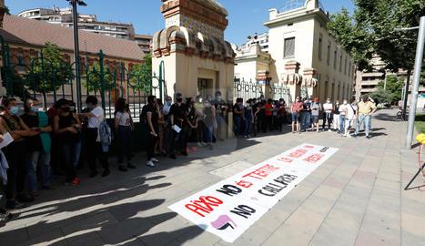 Més de seixanta persones es van concentrar a la plaça Esteve Cuito de Lleida per denunciar les vexacions i abusos sexuals a l'Aula de Teatre