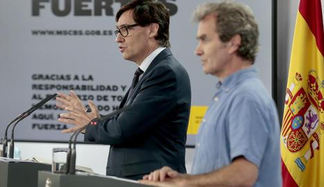 El director de CCAES, Fernando Simón, i del ministre de Sanitat, Salvador Illa, en un segon terme, en roda de premsa.