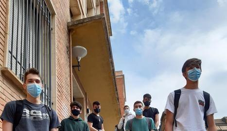 Alumnes del col·legi Països Catalans del barri de Balàfia, a Lleida capital, a l'acomiadar-se ahir de l'escola.