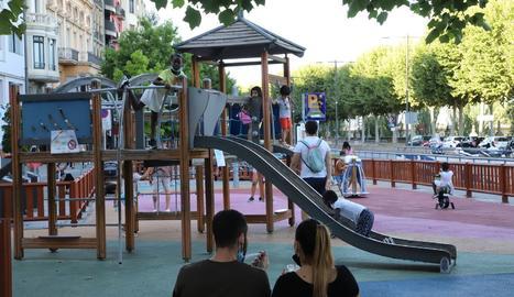 El parc infantil de l'avinguda Blondel de Lleida, amb nens aquest dilluns.