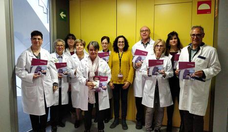 Voluntaris de l'AECC de Lleida visitant l'IRBLleida.