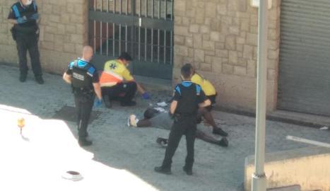 Moment en el qual els sanitari van atendre 'in situ' el ferit en l'aldarull a la plaça de l'Ereta.