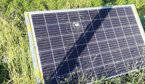 Una de les plaques solars destrossades.