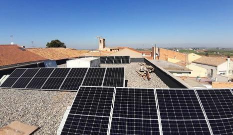 Plafons al consistori - L'ajuntament de Sidamon compta des del març amb plaques fotovoltaiques a la teulada, una instal·lació que ha permès aconseguir en tres mesos un estalvi del 30% en la factura de la llum de l'equipament.