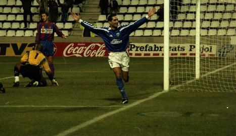 Gerard Escoda celebra un gol durant la seua etapa de futbolista a la UE Lleida.