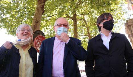 Lluís Puig, acompanyat per Clara Ponsatí i Carles Puigdemont, ahir, a Brussel·les.