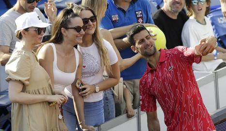 Djokovic es fa un selfie durant el torneig que ha acabat sent un focus d'infecció.