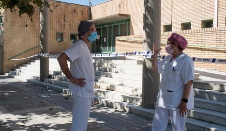 Dos sanitaris al pavelló Corts d'Aragó de Fraga, en el qual hi ha vuit persones positives en Covid-19.