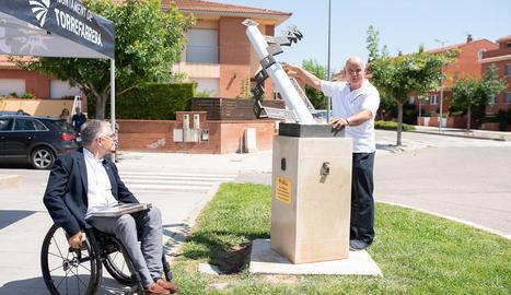 El doctor Serés, a la dreta, i l'alcalde, en la inauguració.