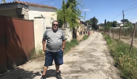 Salvador Bañasco, al camí en mal estat i sense punts de llum.