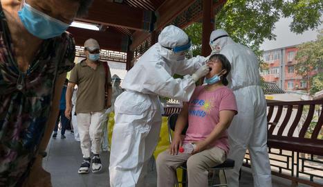 Sanitaris practiquen tests de detecció del coronavirus a Pequín.