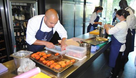 El xef del restaurant La Boscana, de Bellvís, Joel Castanyé, preparant un dels seus plats.