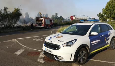 Imatge del foc ahir al matí a Lleida, que va afectar el trànsit ferroviari.