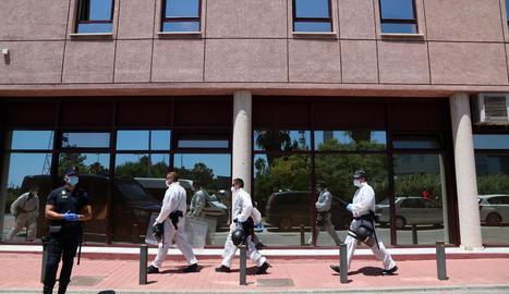 Agents de policia custodien una de les seus de la Creu Roja a Màlaga on hi ha infectats.