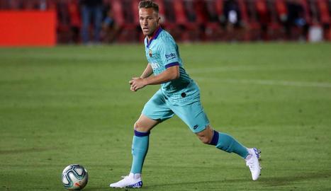 Arthur controla la pilota durant el partit davant del Mallorca.