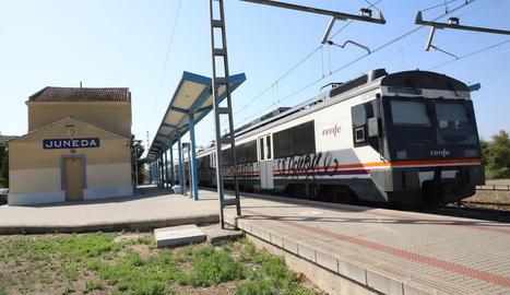 Un tren aturat a l'estació de Juneda.