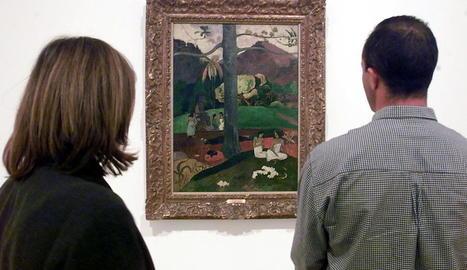 Dos persones observen el 'Mata Mua' de Paul Gauguin.