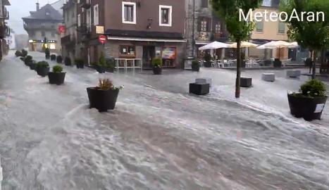 El Passeig dera Libertat de Vielha, inundat.
