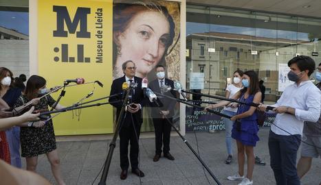 El president Torra atén els mitjans durant la seua visita al Museu de Lleida.