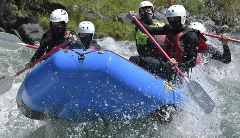 L'empresa La Rafting Company de Sort dóna mascaretes de neoprè als seus clients.