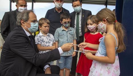 El president de la Generalitat, amb nens de Montgai al nou pavelló després de firmar-los un autògraf.